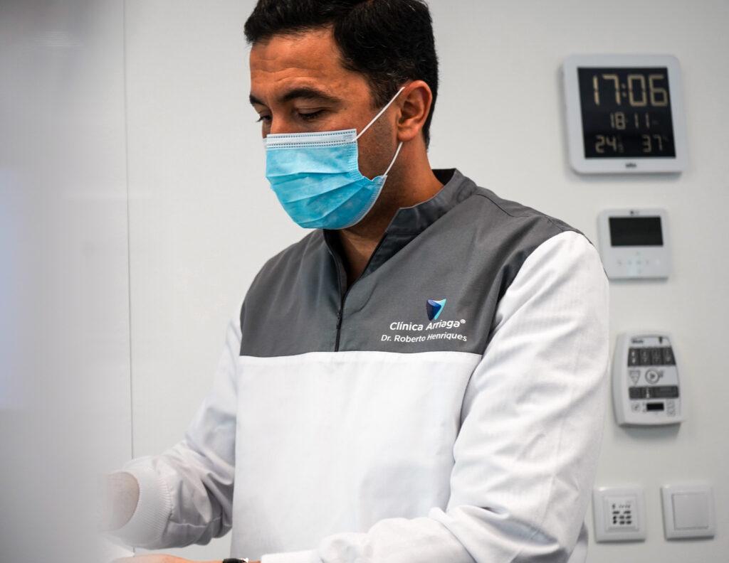 """CLÍNICA ARRIAGA GANHA """"ÓSCAR"""" DA MEDICINA DENTÁRIA É com """"grande orgulho"""" e """"satisfação"""" que a Clínica Arriaga anuncia ter recebido o prémio Dental Pro 2018, prémio de excelência que reconhece o trabalho de qualidade de equipa e lhe concede o prémio de melhor clínica dentária do País. Para a Clínica Arriaga, """"é uma honra receber o prémio da DentalPro, revista de referência na medicina dentária"""". """"Este prémio reflete o esforço e empenhamento de toda a equipa da Clínica Arriaga, nomeadamente dos médicos dentistas que se dedicam à excelência no atendimento e satisfação de todos os seus pacientes, através da formação contínua, tecnologia de ponta e qualidade de materiais utilizados nos tratamentos"""", diz, em comunicado. O reconhecimento da Clínica Arriaga pela DentalPro """"vem reforçar a presença da marca Clínica Arriaga no mercado, que se afirma como a maior clínica da Região"""", dando assim """"maior credibilidade e confiança aos nosso pacientes e toda a comunidade residente na Madeira, mas também acrescenta valor a toda equipa"""", realça. A eleição deste prémio baseia-se em cinco critérios: Inovação Humana, Gestão Corrente, Ambiente e Divulgação, Atendimento Adequado e Responsabilidade Social. Origem da notícia: https://www.jm-madeira.pt/regiao/ver/32469/Clinica_Arriaga_ganha_Oscar_da_Medicina_Dentaria"""